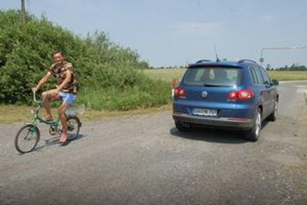 Cesta. Skratku do Maďarska cez Pribeník používajú autá aj cyklisti.
