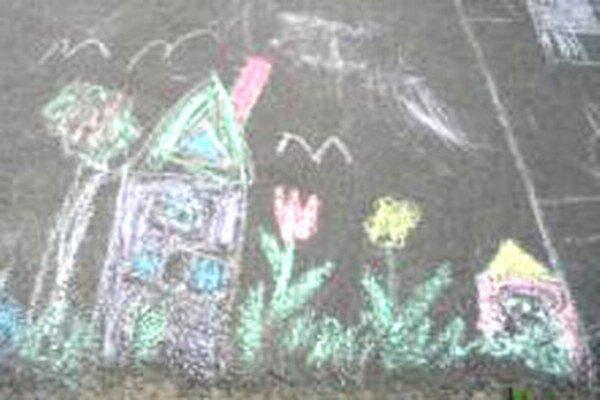 Deti v Malinovej kreslili kriedou na asfalt.