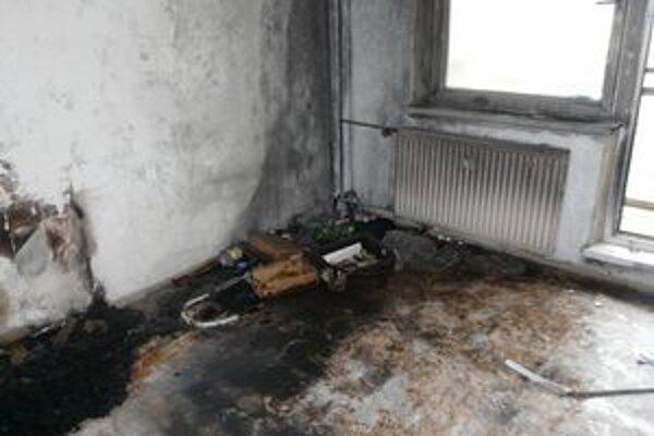 Muž založil požiar v byte na troch miestach. Zapaľovačom zapálil kopy šiat.