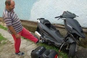 Motorka skončila rozbitá. Uložili ju na dvore.