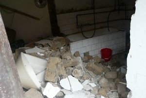 Výbuch plynu spôsobil pád múru.