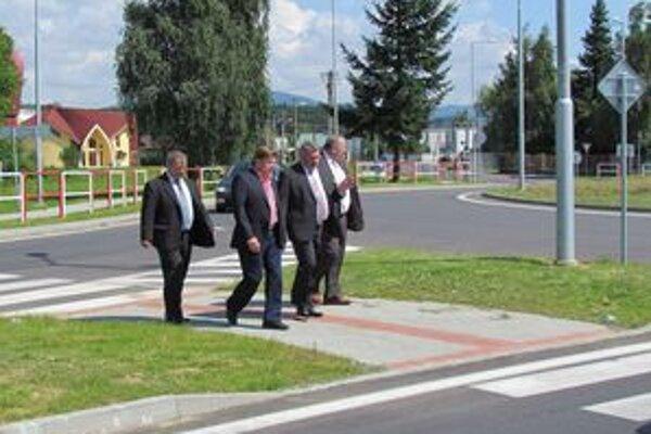 Nová okružná križovatka. Predstavitelia KSK a primátor mesta si obzreli nový objazd.