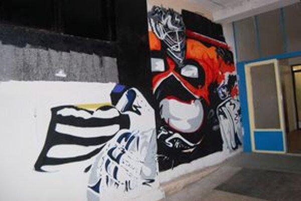Zaujímavé skrášlenie stien na michalovskom zimnom štadióne. Za bránou od trhoviska prebieha maľovanie podobizní hráčov HK Dukla.