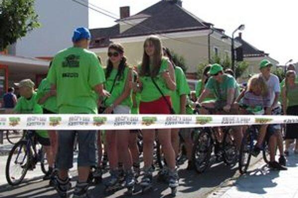 Na kolesách proti rakovine. Zapojili sa všetky vekové kategórie na bicykloch, korčuliach a kolobežkách.