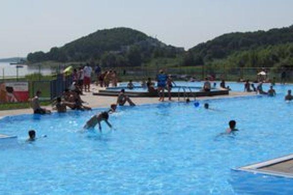 Bazén v stredisku Kaluža. Prilákal množstvo návštevníkov.