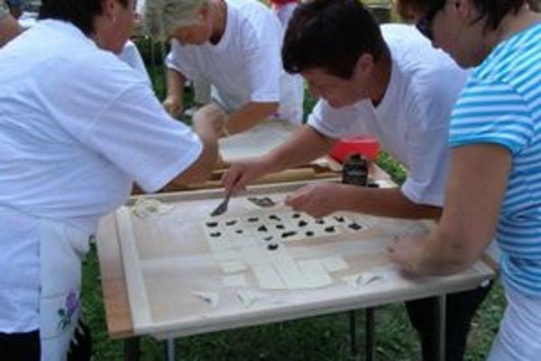 Gazdinky v akcii. Lákadlom podujatia bola súťaž v lepení a varení pirohov.