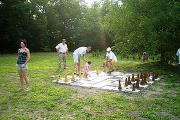 Zabavia sa mladí aj starí. Súčasťou ihriska je aj plocha na hranie šachu.