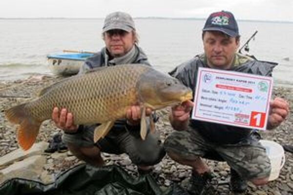 Českí rybári. Vyše 10–kilového kapra ulovili Ján Vonášek a Jiří Rezner.