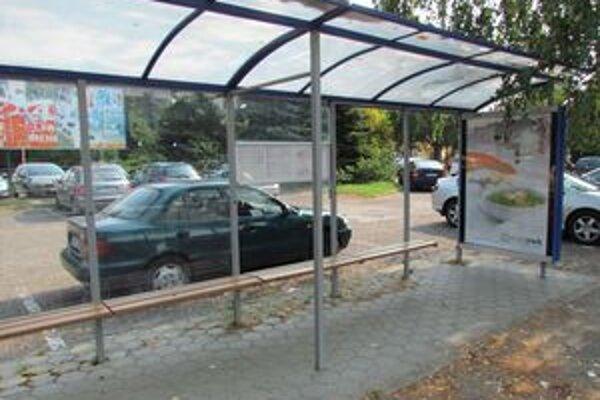 Zastávky MHD. Musia znášať pravidelné nájazdy vandalov.