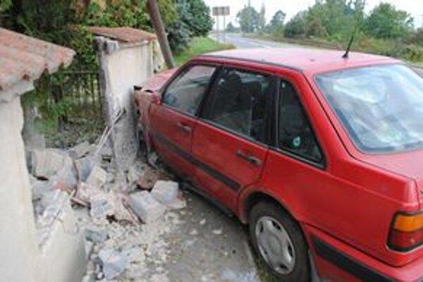 Auto v plote. Príčinou havárie bol asi mikrospánok vodiča.