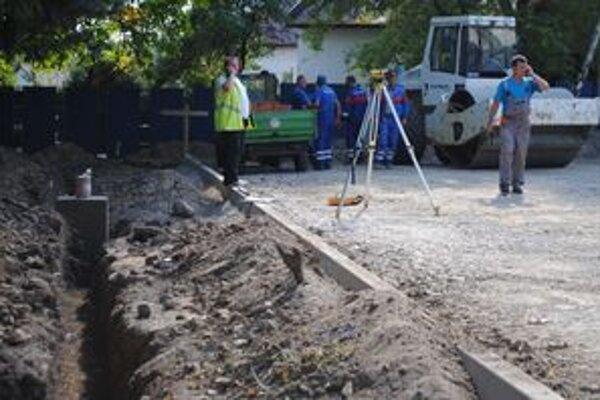 Granát za úradom. Robotníci našli funkčný granát z II. svetovej vojny počas rekonštrukcie parkoviska.