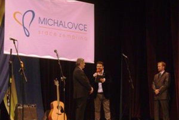 Nové logo Michaloviec. Verejnosti ho predstavil primátor Michaloviec spolu s autorom.