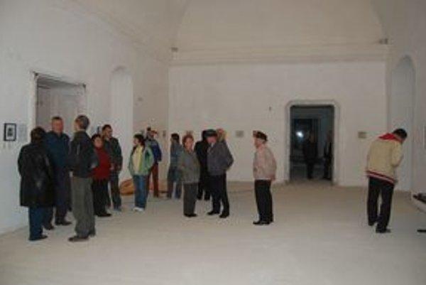 Vernisáž. Návštevníci obdivovali výtvory umelcov.