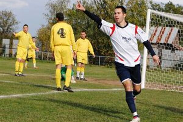Stredopoliar Palína Miloš Vajda sa teší z prvého gólu. Čičarovského gólmana Pavla Fila prekonal už v tretej minúte.