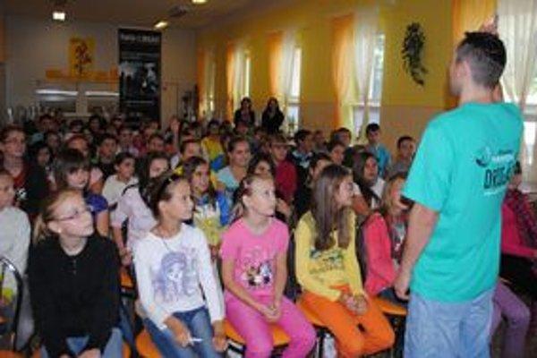 Prednášky. Aké riziko predstavujú drogy, to si v okrese Michalovce vypočulo 3,5 tisíca detí.