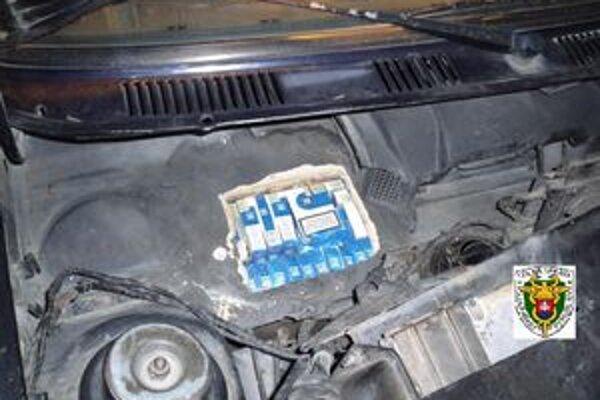 Schované cigarety. Boli označené ukrajinskými kolkovými známkami.
