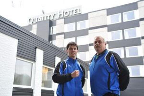 Trénerský tandem Iuventy. Tomáš Hlavatý (vľavo) a József Vura pred hotelom Quality win vo švédskom Göteborgu.