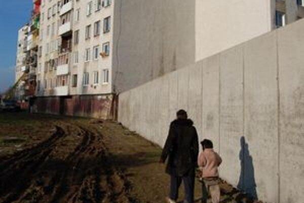 Rómovia z osady. Po výstavbe múrov sídlisko obchádzajú po jeho okrajoch. Tvrdia, že na múry si už zvykli.