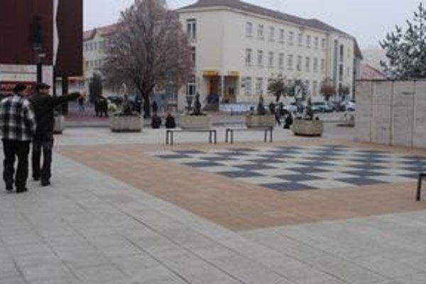 Prázdna šachovnica. Michalovčania hru s maxifigúrkami nevyužívajú. Mesto ich odložilo. Obáva sa, že ich niekto ukradne.
