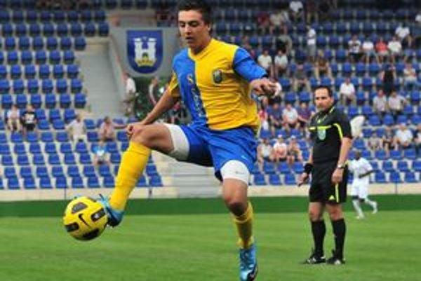 V seniorskom tíme debutoval v apríli tohto roku. A premiéru v základnej zostave si odbil v derby proti Moldave.