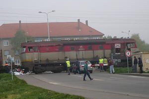 Situácia. Do takejto situácie sa dostala vodička osobného auta pri prejazde cez železničnú trať.