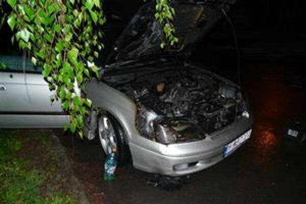 Zhorené auto. Neznámy páchateľ polial prednú kapotu horľavinou a potom ju zapálil.