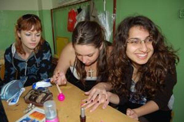 Ktorá je Turkyňa. Bizra (vpravo) vyzerá ako každé iné dievča. Pri návšteve triedy jej nalakovali nechty na ružovo.