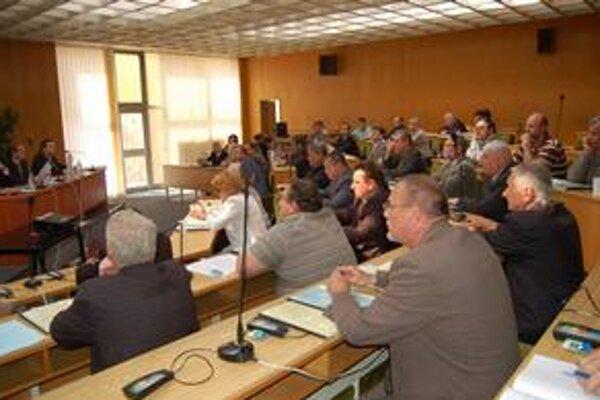 Poslanci verzus kandidáti. Jedenásť poslancov si zo 6 kandidátov (na opačnej strane sály) za kontrolóra zvolilo svojho kolegu.
