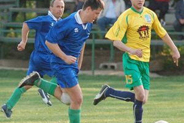Pretrhli sériu prehier. K víťazstvu Lastomíra prispel dvoma gólmi aj útočník J. Adam (vľavo).