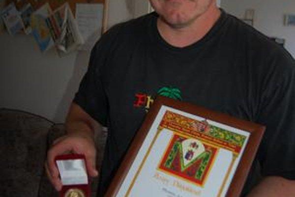 Ocenení. Trnkovica získala v medzinárodnej konkurencii zlatú medailu. Na snímke Robert Ihnát s medailou.