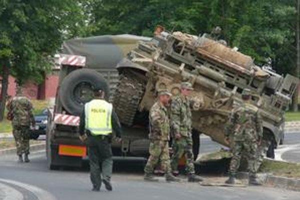 Tank na ceste. Štyridsaťpäťtonové vozidlo spadlo z návesu a blokovalo kruhový objazd. Našťastie sa nikto nezranil.