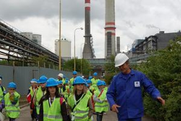 Zvedavé deti. Deťom sa v elektrárni páčilo a zavalili sprievodcov otázkami.