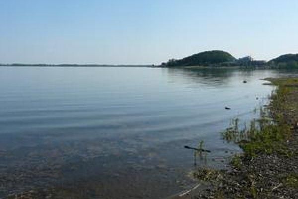K prítoku a odtoku vody dochádza len v západnej časti Šíravy. Vo východnej časti voda stagnuje.
