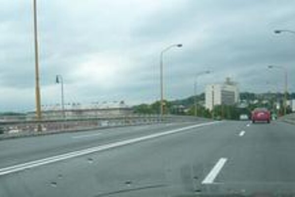 Približne v týchto miestach vodič prešiel náhle na ľavú stranu nadjazdu.