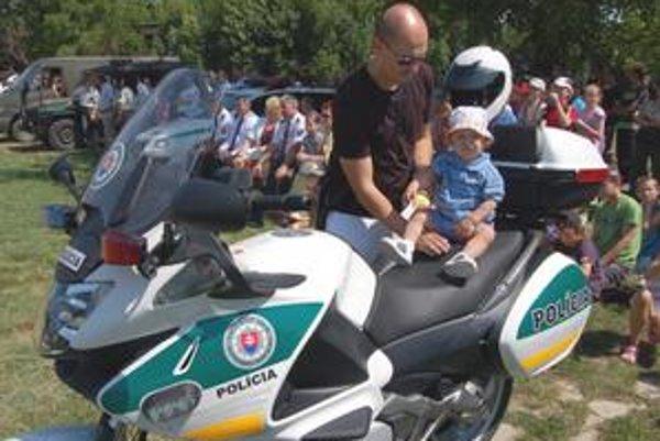 Deň polície. Policajnú motorku si vyskúšal aj 14-mesačný Lacko z Michaloviec.