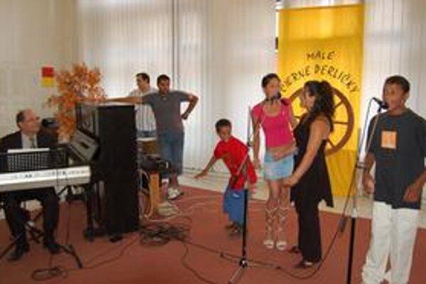 Temperament a výkony mladých rómskych spevákov očarili publikum aj porotu.