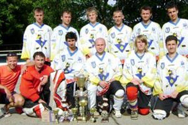 Víťazi. Michalovskí hokejbalisti na Habura cupe prevalcovali všetkých v celkovej súťaži i individuálnych štatistikách.