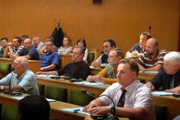 Developer pozemky nedostane. Poslanci sa uzniesli, že mestské pozemky ČES-u nepredajú ani neprenajmú. Ich debatu sledovali aj zástupcovia OZ Trebišov nahlas (v pozadí).