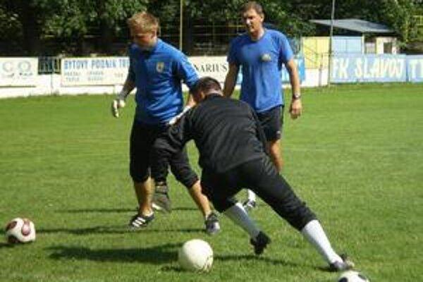 Opäť tréningy brankárov. Brankári Slavoja sa pripravujú pod dohľadom Martina Uporského.