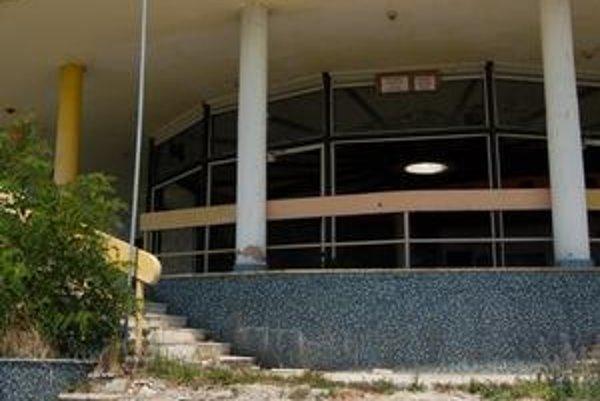 Espreso Kotva. Na objekte sú porozbíjané okná, zdemolovaný interiér, rozbité schody.