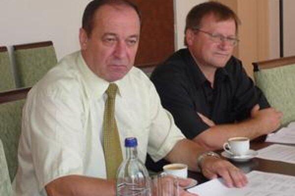 Informovali médiá. Primátor Humenného Vladimír Kostilník (vľavo) a podpredseda ZMOS okresu Humenné Stanislav Rakár.
