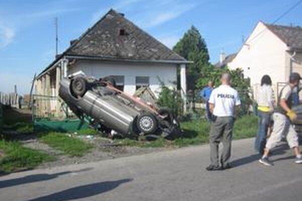 Kaskadérsky kúsok. Šoférka z Veľkých Kapušian ho včera ráno predviedla vo Veškovciach po tom, čo nezvládla ľavotočivú zákrutu.