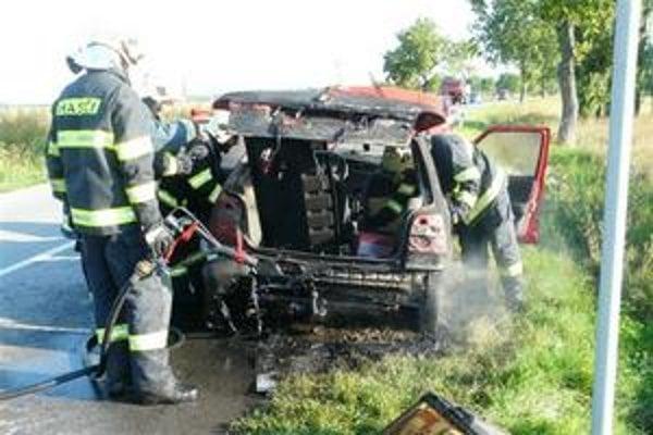 Škoda Felicia. Začala horieť priamo na ceste. Plamene úplne zničili zadnú časť auta.