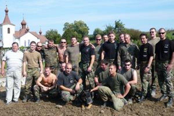 Vojenskí policajti Bundeswehru a vojenskí policajti Slovenskej armády z Prešova. Vľavo Michal Bochin.