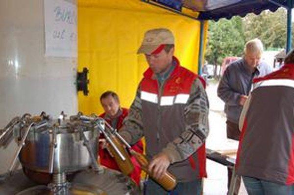 Sobranský jarmok. Jeho súčasťou býva tradičná ochutnávka burčiaku od miestnych vinárov.