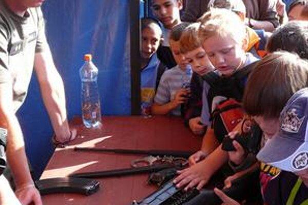 Colníci. Deti sa zaujímali aj o výstroj a výzbroj colníkov.