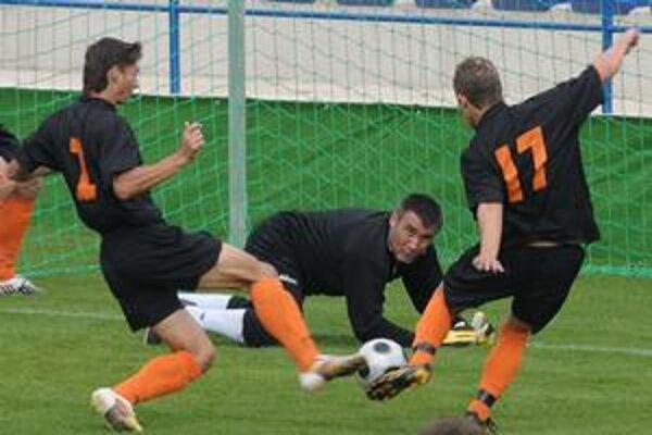 Gólový moment. Ján Vajda (vľavo) takto otvoril skóre, brankár Poľacký bol bezmocný.