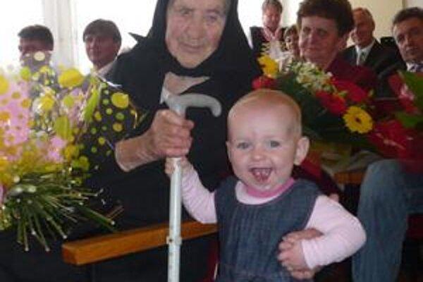 Prababička. Pravnučka Hanka sa od pani Paulínky nevedela odpútať ani počas slávnostnej ceremónie. Kým prababička má sto rokov, Hanka jeden.