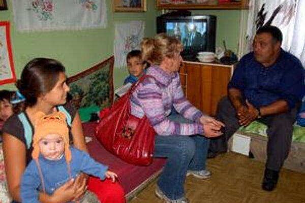 Každý deň vonku. Komunitní pracovníci nesedia len v kancelárii, ale chodia aj priamo do rodín, kde ich každý pozná a uznáva.