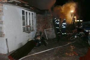 Zničený dom. Požiar zničil celú strechu a bytové zariadenie.